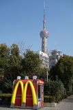 Mcdonald con la torre orientale della perla TV a Shanghai immagine stock