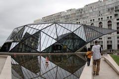 Mcdonald - el edificio en estilo futurista en la ciudad de Batumi foto de archivo