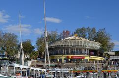 Mcdonald em Aswan, Egito, com barcos fotografia de stock