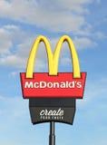 McDonald (1955) est la plus grande chaîne du monde des restaurants d'aliments de préparation rapide, servant des clients dans 119 Photos stock