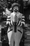 McDonald för maskotsymbolrestaurangen ` s i Thailand statyn poserar thailändsk respektstil eller Wai Fotografering för Bildbyråer
