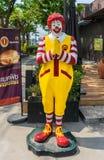 McDonald för maskotsymbolrestaurangen ` s i Thailand statyn poserar thailändsk respektstil eller Wai Royaltyfria Foton
