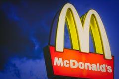 McDonald's στο νυχτερινό ουρανό Στοκ φωτογραφία με δικαίωμα ελεύθερης χρήσης