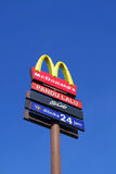 McDonald's conduce a través de señalización fotografía de archivo