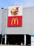 McDonald's-embleem op muur van winkelcentrum Royalty-vrije Stock Afbeeldingen