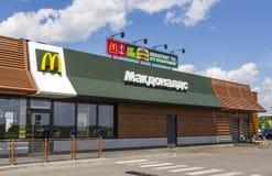 McDonald ` s fasta food restauracja na trasie Moskwa - St Peters Zdjęcie Royalty Free