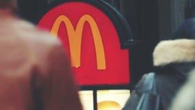 McDonald's firma adentro la ciudad metrajes