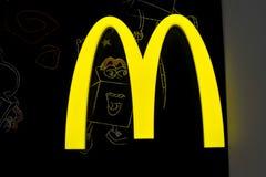 McDonald-` s Gelb-Logoleuchtkasten nachts Stockfotos