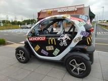McDonald's monopolbil utanför restaurang Arkivfoto