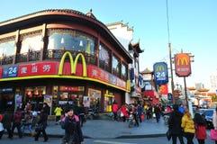 McDonald's no templo do deus da cidade Imagem de Stock
