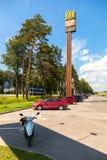McDonald's-Schnellrestaurant an der Landstraße Moskva - St. Peter Lizenzfreie Stockfotos