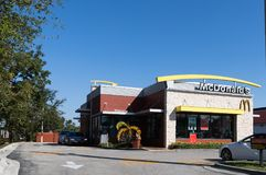 McDonald-` s Schnellrestaurant mit Antrieb durch und 24 Stunden Service Stockbild