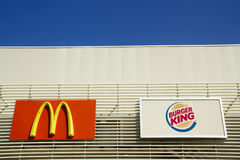 McDonald's und Burger King Signboards Stockfotos