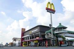 McDonald ` s verkoopt burgers †‹â€ ‹door door Aandrijving stock afbeelding