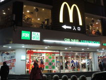 McDonalds商店,商标在商店顶部的中国有圣诞节装饰的 库存照片