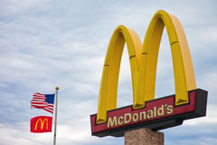 McDonalds曲拱和旗子 免版税图库摄影