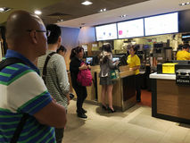 McDonalds的人们在香港 库存图片