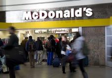 McDonalds all'aeroporto fotografia stock libera da diritti