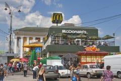 McDonalds en van McFoxy snel voedselrestaurants in Kiev Stock Foto