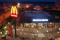 McDonalds iluminó en la noche Imagen de archivo