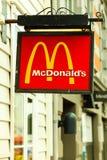 McDonalds logo i Bergen på Juli 25, 2014 Norge Royaltyfri Foto