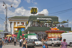 McDonalds och McFoxy snabbmatrestauranger i Kiev Arkivfoto