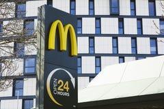McDonalds, rotonda della strada di Tritton, Lincoln, Lincolnshire, Regno Unito - immagine stock