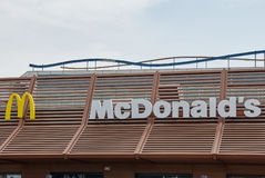 McDonaldsteken tegen blauwe hemel Stock Fotografie