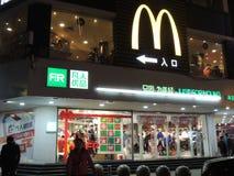 McDonaldswinkel, embleem in China bovenop winkels met Kerstmisdecoratie Stock Foto
