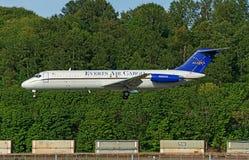 McDonnell Douglas DC-9-Everts powietrza Alaska lądowanie z bujny zieleni tłem fotografia royalty free