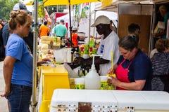 2019 McDonough, фестиваль гераниума Грузии - подготовка свежего лимонада стоковые изображения rf