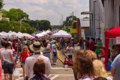 2019 McDonough, Georgia Geranium Festival - as grandes multidões compram as tendas do vendedor imagens de stock royalty free