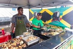 2019 McDonough, Georgia Geranium Festival - Grillen der jamaikanischen Nahrung stockfotografie