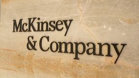 McKinsey marcado novo e logotipo de Empresa escrito no mármore imagens de stock royalty free