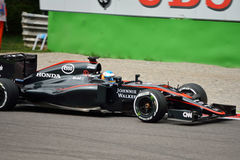 McLaren MP4-30 F1 som är drivande vid Fernando Alonso på Monza Arkivbilder