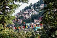 Mcleod Ganj με τις σημαίες προσευχής, Ινδία στοκ εικόνες