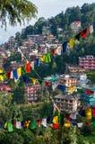Mcleod Ganj y banderas del rezo, la India imágenes de archivo libres de regalías