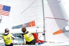 McNay & Hughes medalj i gruppen 470 på ISAF-seglingvärlden Arkivfoton