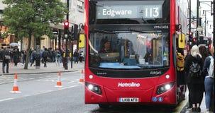 MCV autobús rojo del autobús de dos pisos de EvoSeti Volvo en Londres almacen de metraje de vídeo