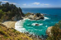 Mcway跌倒在加利福尼亚大瑟尔海岸的海滩瀑布  库存图片