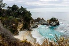 McWay cai angra situada na estrada 1 da estrada do Big Sur, Califórnia, EUA fotos de stock royalty free