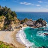 McWay nedgångar och strand, stora Sur, Kalifornien Fotografering för Bildbyråer