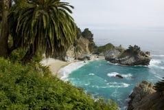 McWay nedgångar på Kalifornien seglar utmed kusten nära stora Sur Arkivbilder