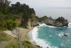 McWay nedgångar på Kalifornien seglar utmed kusten nära stora Sur Royaltyfri Foto