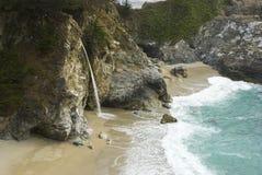 McWay nedgångar på Kalifornien seglar utmed kusten nära stora Sur Royaltyfria Bilder