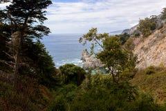 McWay tombe crique située dans la route 1, la Californie, Etats-Unis de route de Big Sur image stock