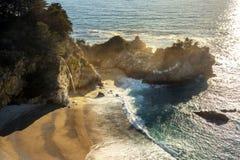 McWay tombe dans grand Sur L'océan pacifique Images libres de droits