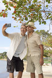 Mężczyzna bierze selfie z telefonem komórkowym Zdjęcie Stock