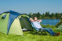 Mężczyzna camping Zdjęcia Royalty Free