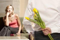 Mężczyzna chuje bukietów kwiaty Obrazy Royalty Free